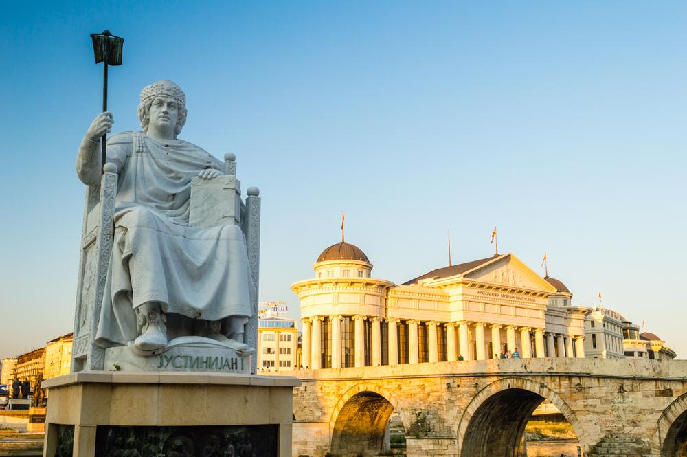 Pomnik cesarza Justyniana. W tle Muzeum Archeologiczne Macedonii